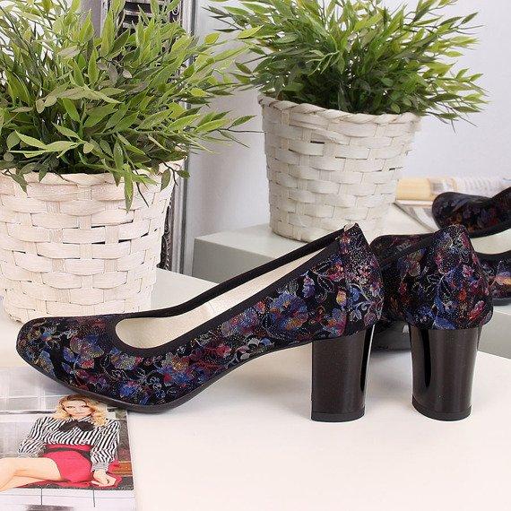 Czółenka na słupku w kwiaty czarne Juma